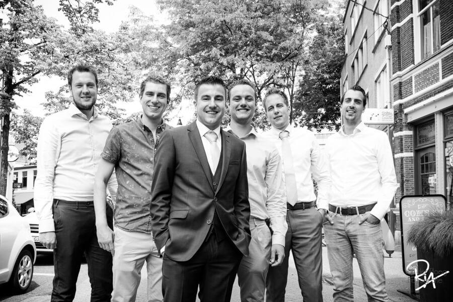 stoere groepsfoto bruidsfotograaf eindhoven
