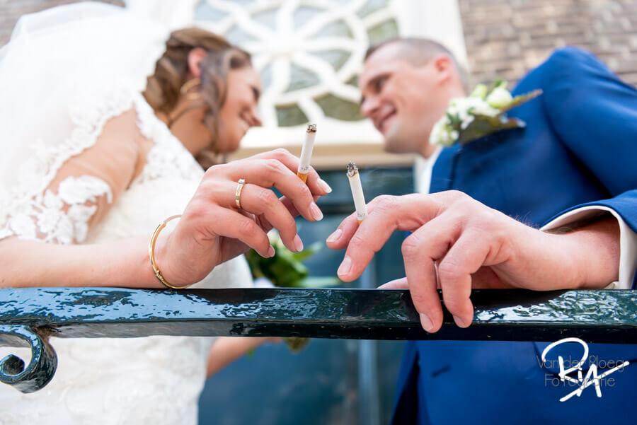 Bruidsfotograaf son en breugel bruidspaar sigaret