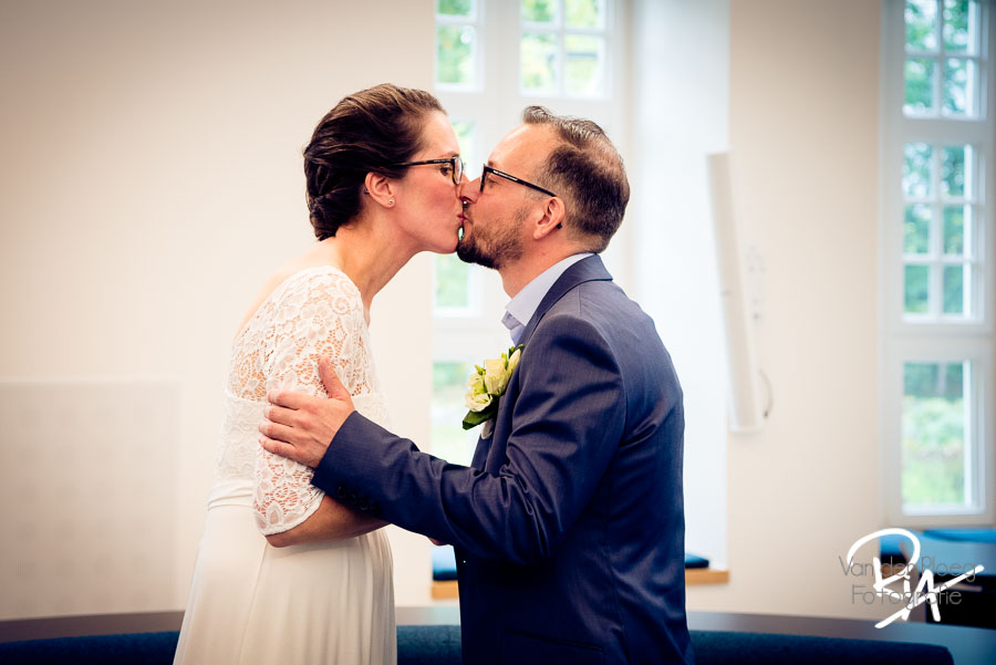 de kus bruidspaar waalre trouwfotograaf bruidsfotograaf