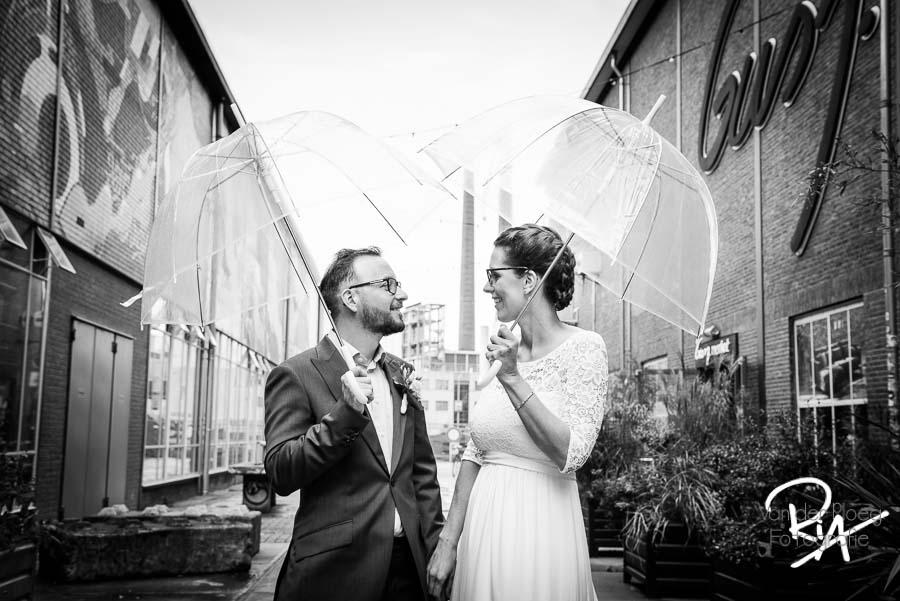 trouwfotograaf eindhoven strijp s bruidspaar paraplu