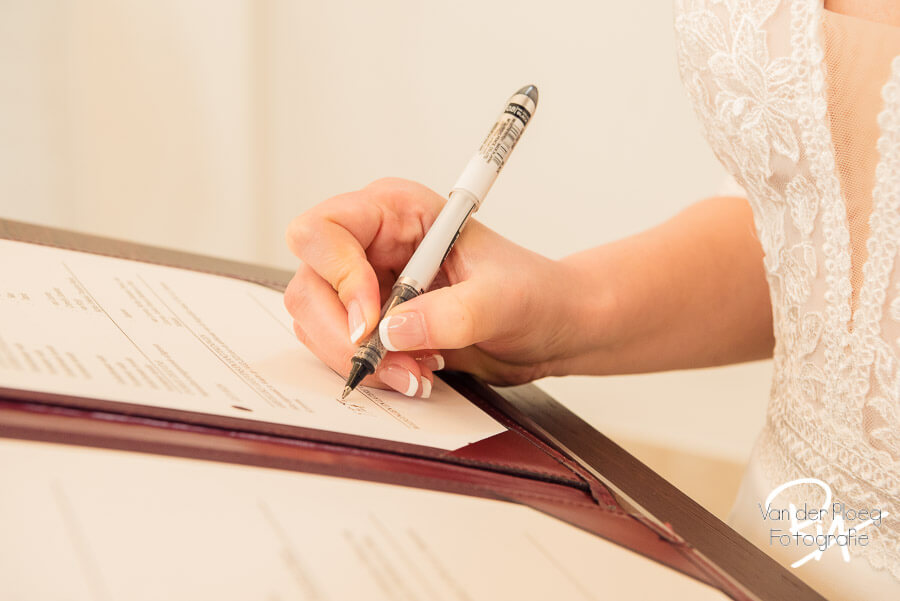 Bruidsfotografie ondertekening trouwakte bruid regio Eindhoven