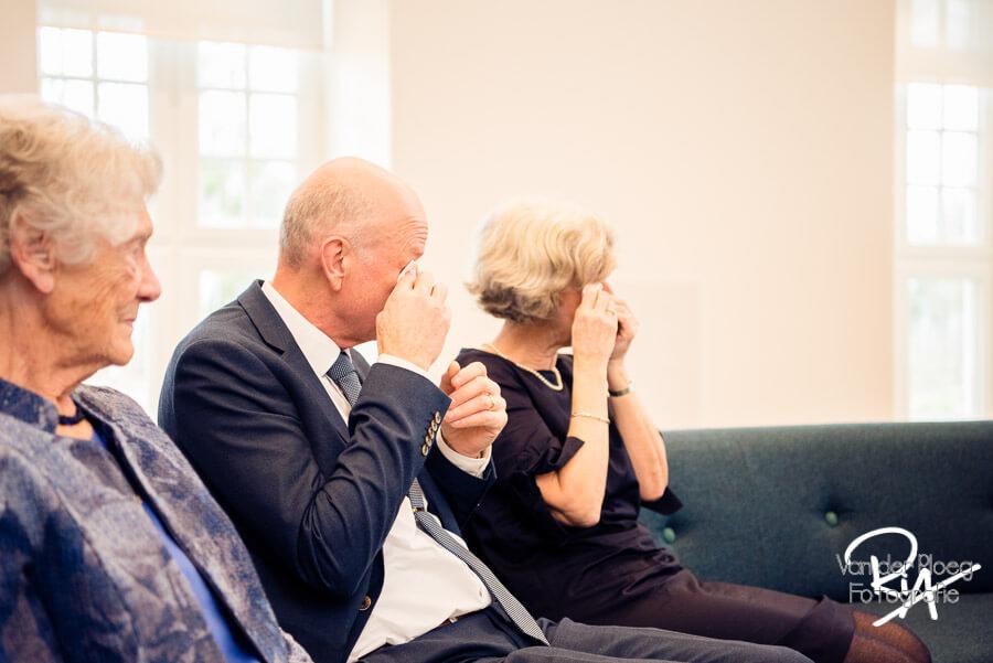 Fotografie ouders bruidspaar ontroert ceremonie huwelijk regio Eindhoven