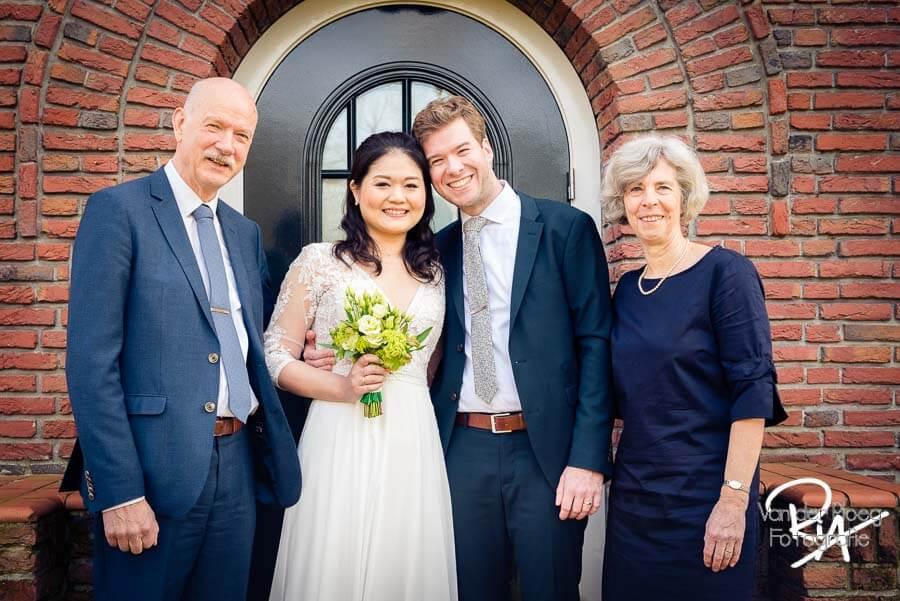 Groepsfoto Waalre familiefotografie bruidsfotograaf bruidspaar ouders