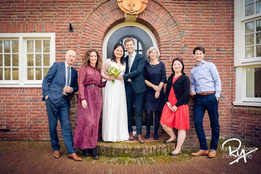 Groepsfoto groepsfotografie gemeentehuis Waalre trouwen fotograaf