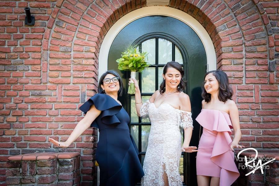 Bruid met vriendinnen huwelijk fotograaf Eindhoven