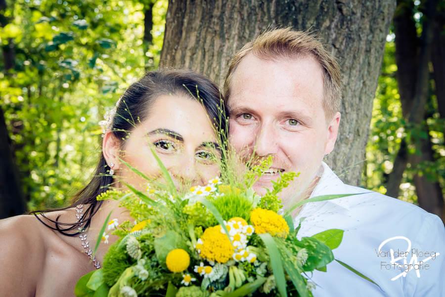 Bruidsboeket bruidspaar mooie ogen fotograaf Valkenswaard
