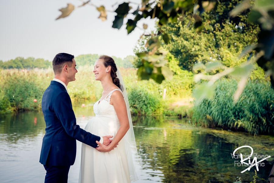 Bruidsfotograaf Waalre natuur bruidspaar water