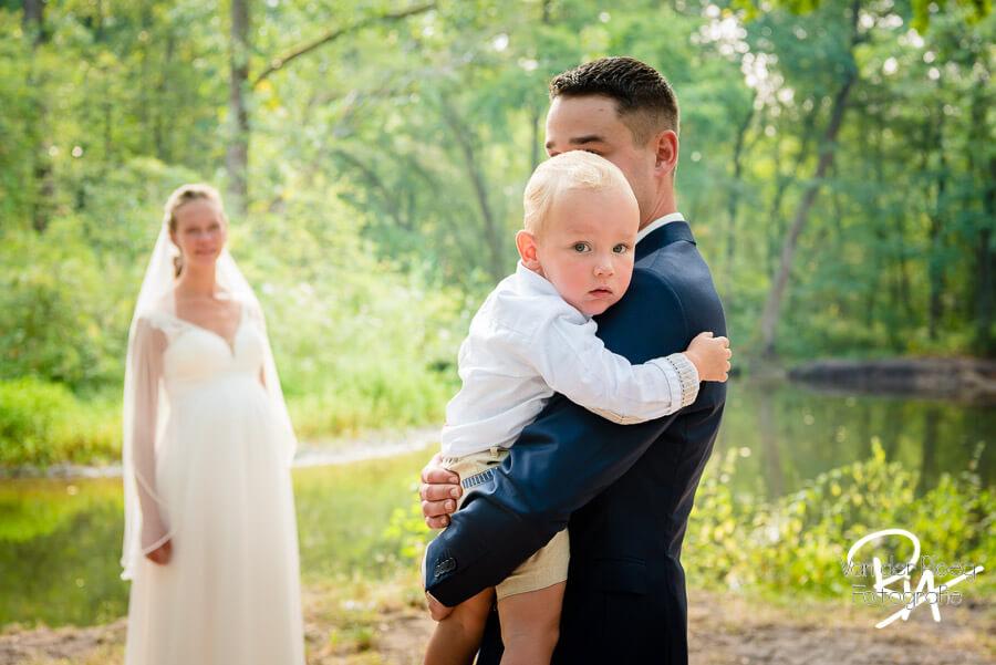 Bruidsfotograaf bruidspaar zoontje Malpie buiten natuur