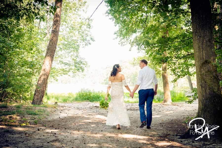 Bruidspaar ven bos omgeving Valkenswaard bruidsfotograaf