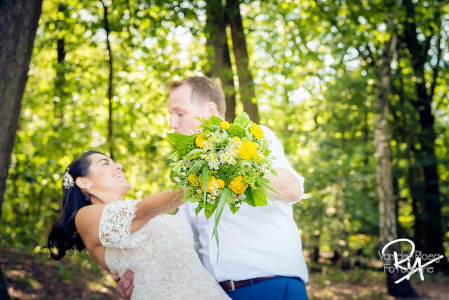 Speelse bruidsfotografie bos Valkenswaard bruidspaar