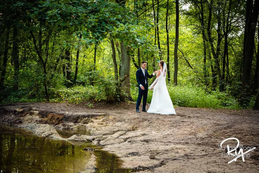 Trouwfotograaf Malpie bruidspaar natuur buiten