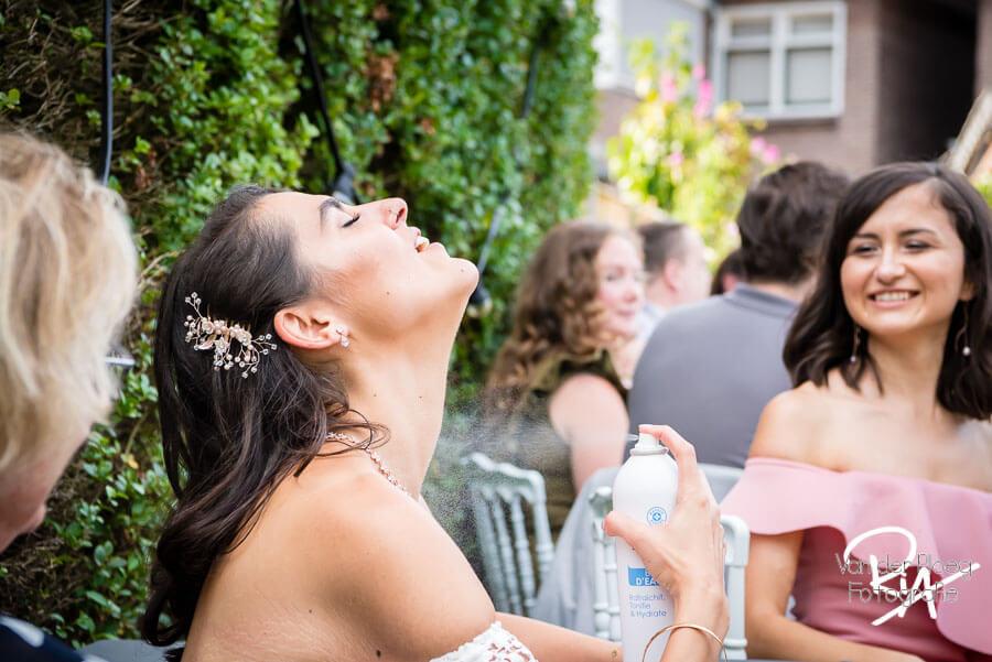 Verkoeling warme zomerdag bruid fotograaf omgeving Eindhoven