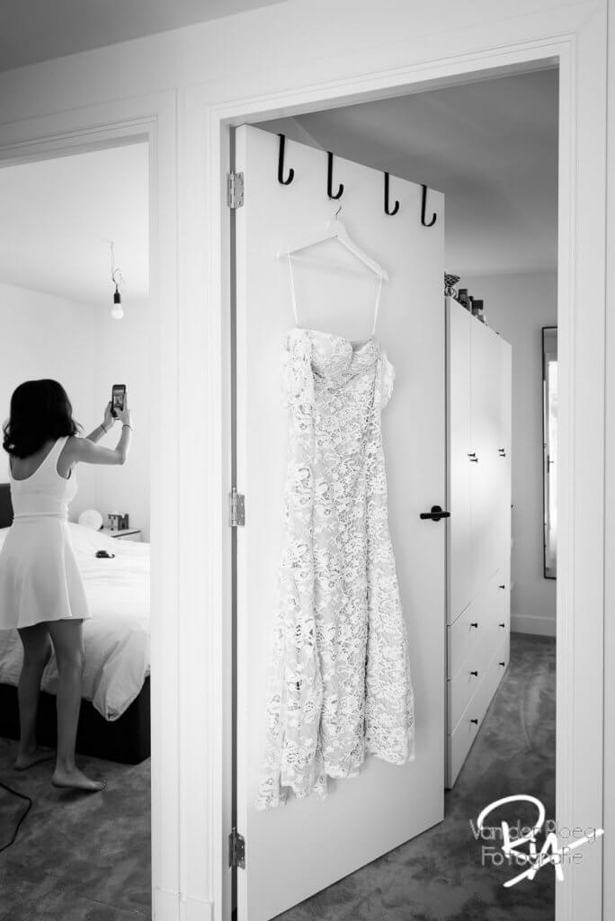 aankleden bruid hulp vriendin foto Eindhoven
