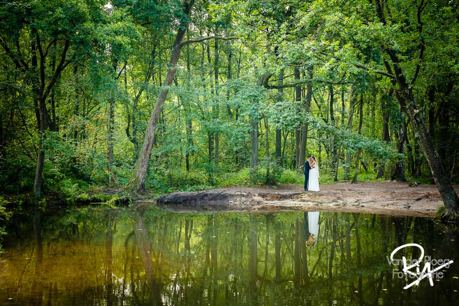 bruidsfotografie Malpie natuur buiten bomen water