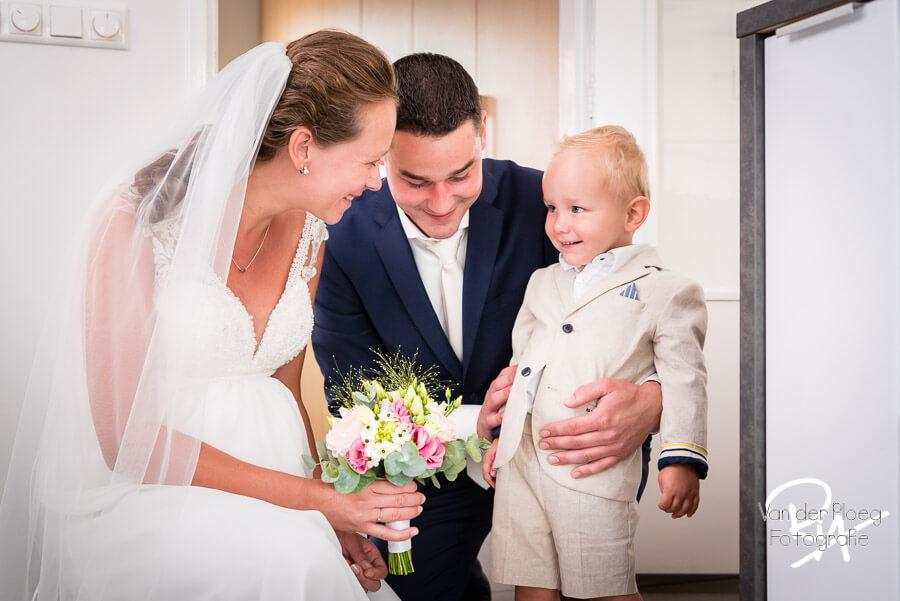bruidsjongetje fotografie huweiljk aankleedmoment thuis Waalre
