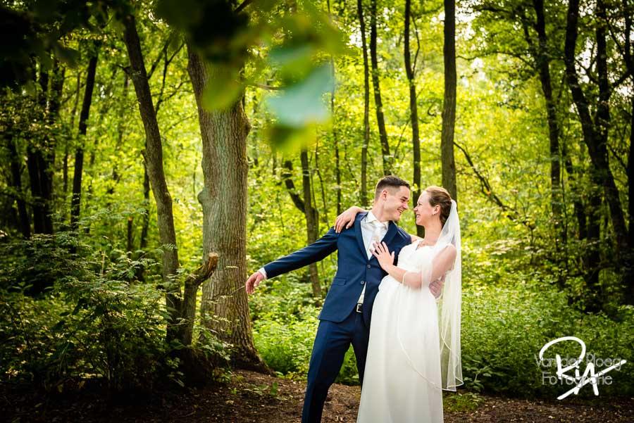 fotosessie bruidspaar natuur bomen Malpie