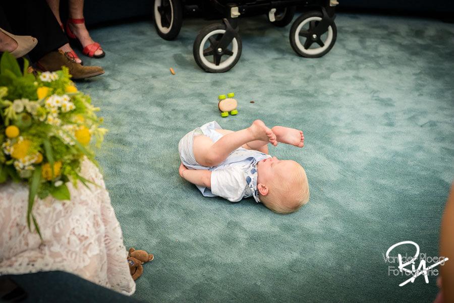 klein klnd bij huwelijksceremonie trouwfotograaf Valkenswaard