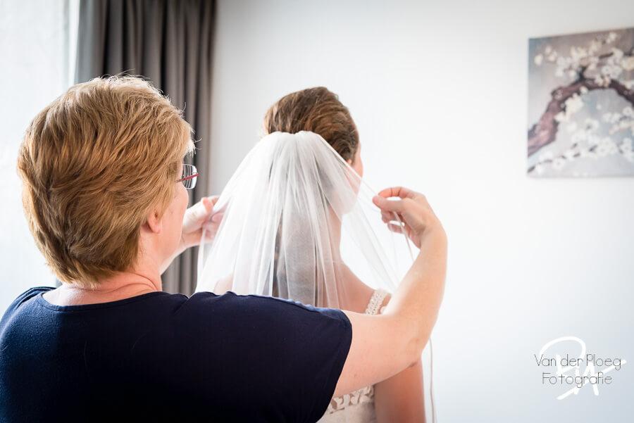 schoonmoeder kapster hulp aankleden thuis bruid