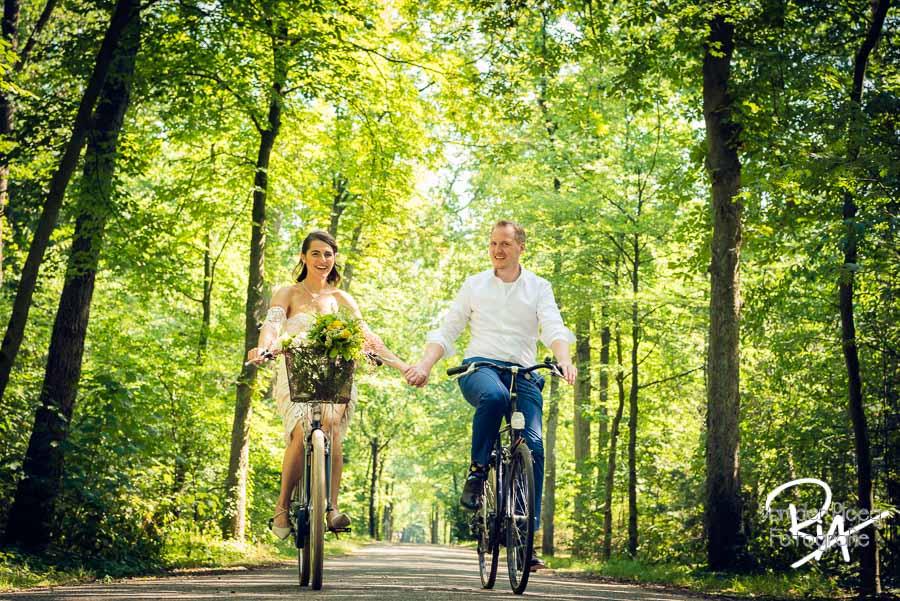 trouwen op de fiets bruidspaar bos fotograaf Waalre