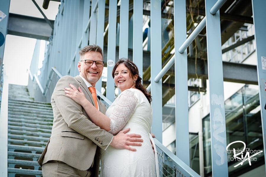 Bruidegom zwangere bruid fotografie huwelijk trappen strijp