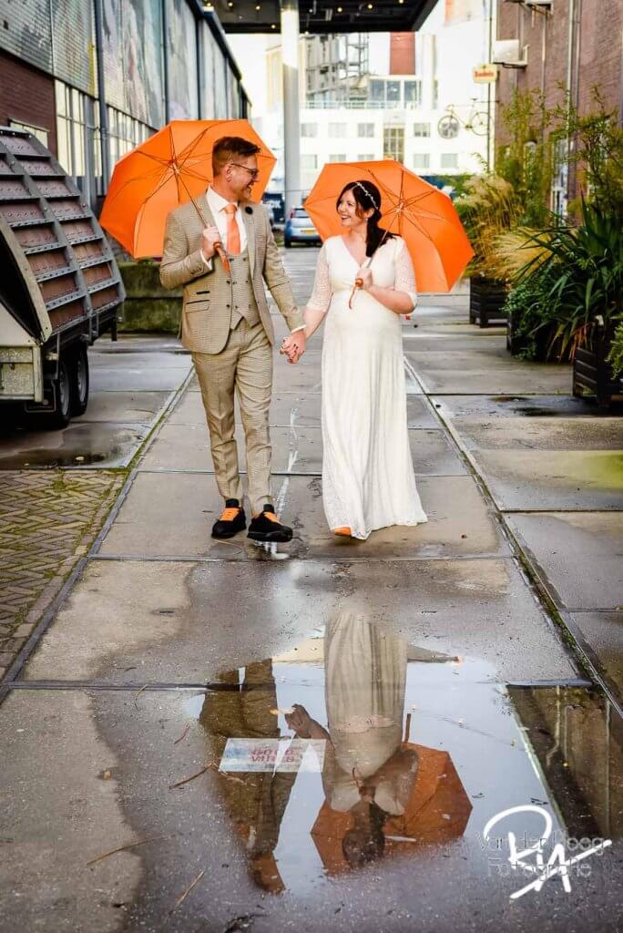 Fotograaf Eindhoven trouwfotograaf regen paraplu