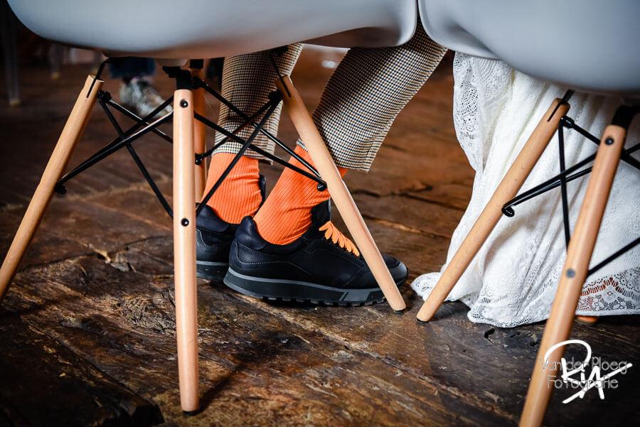 Fotografie huwelijk schoenen bruidspaar Opwettense watermolen Nuenen