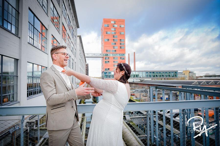 Fotosessie Strijp Eindhoven trouwfotograaf bruidspaar