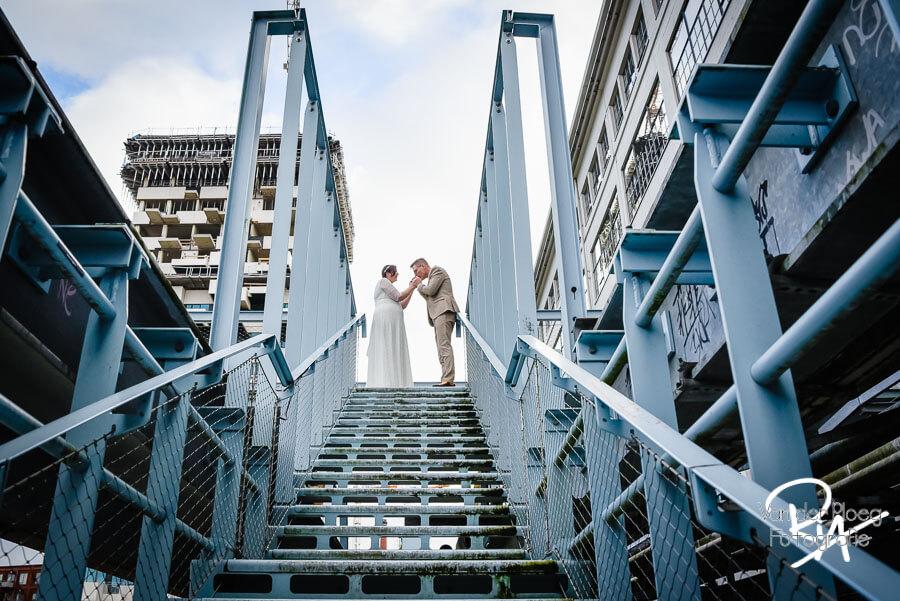 Trouwfotograaf centrum Eindhoven winter handen opwarmen