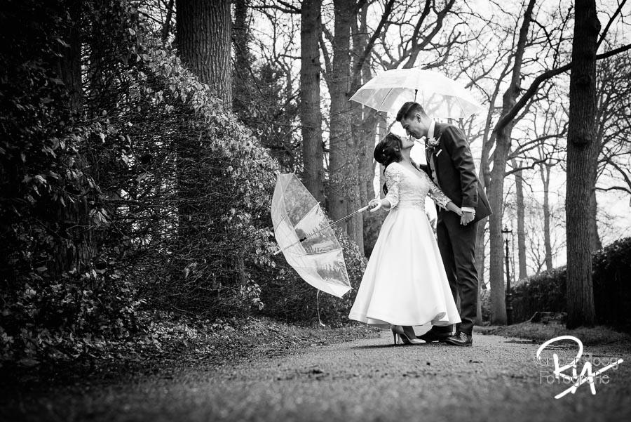 Bruidsfotografie Kasteel Geldrop park bomen paraplu