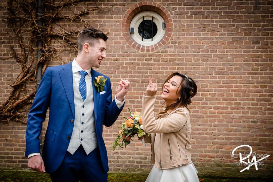 Plezier fotosessie spontaan ringen trouwfotograaf Eindhoven