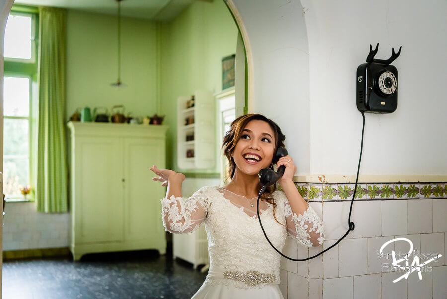 Spontane trouwreportage vrolijke bruid oude telefoon