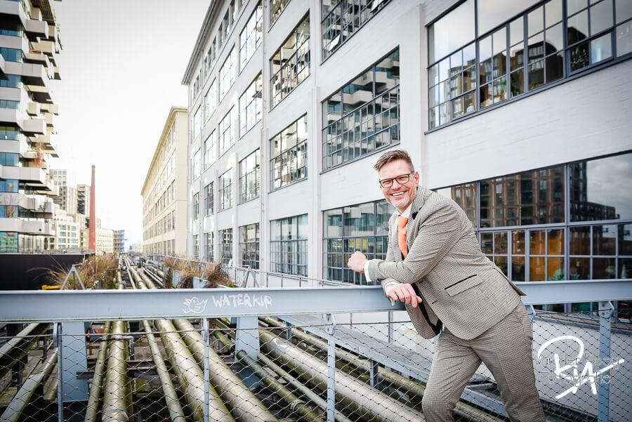 Trouwfotograaf Eindhoven fotograaf bruidegom strijp S