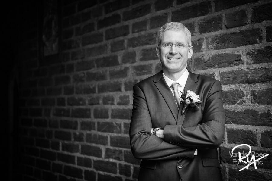 Fotograaf bruidsfotograaf bruidegom zwart wit Eindhoven