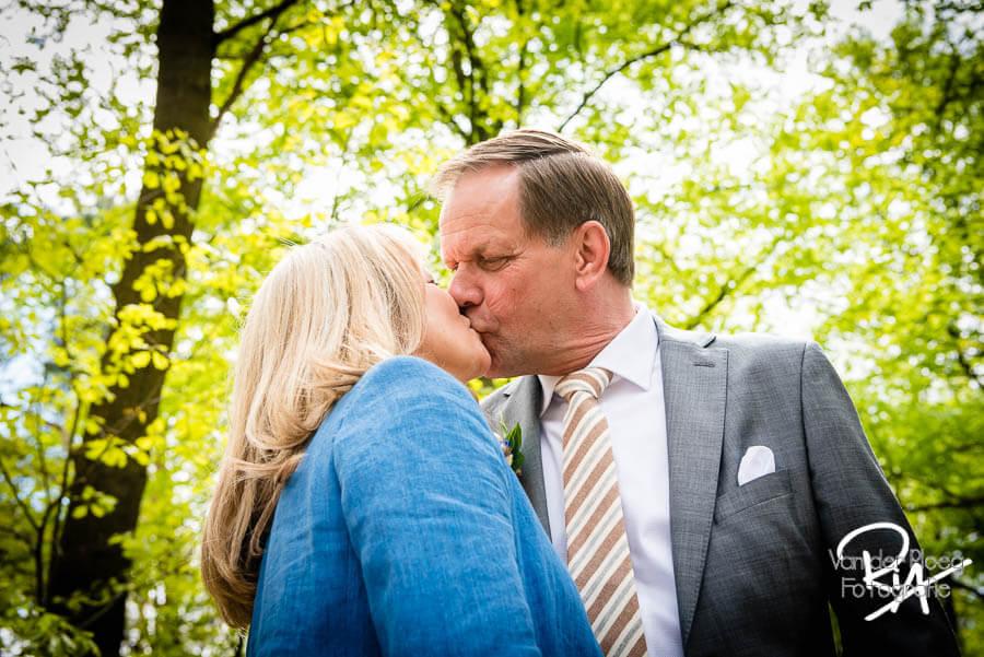 Bruidsreportage Veldhoven kus liefde fotograaf