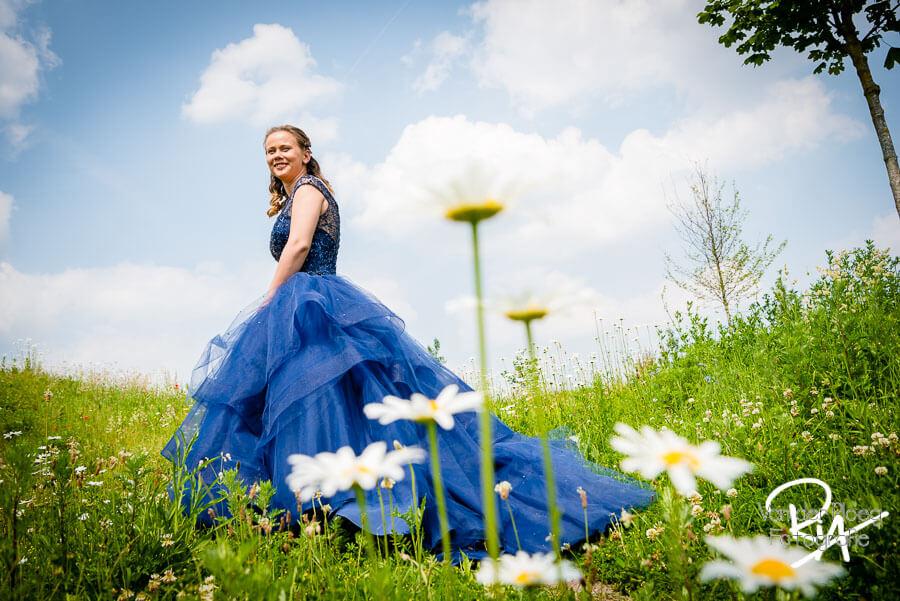 Bruidsfotograaf Eindhoven bruidje blauwe jurk bloemen