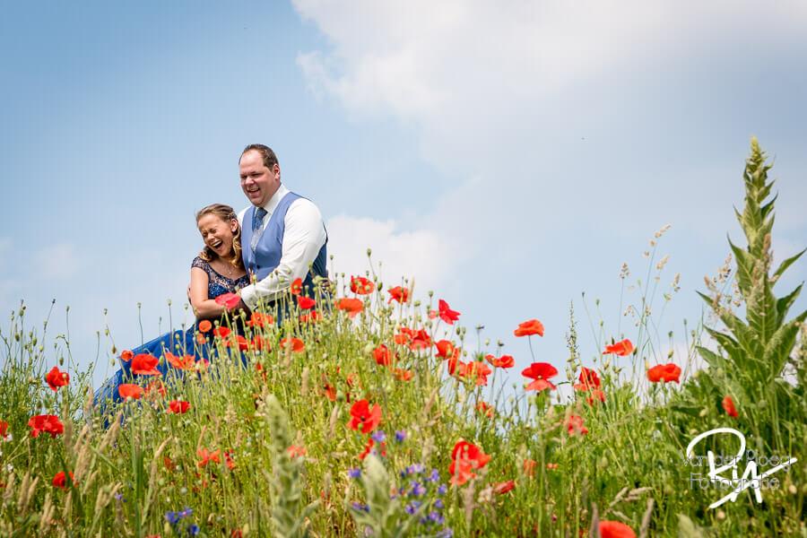 Bruidsfotograaf Eindhoven buiten bloemen