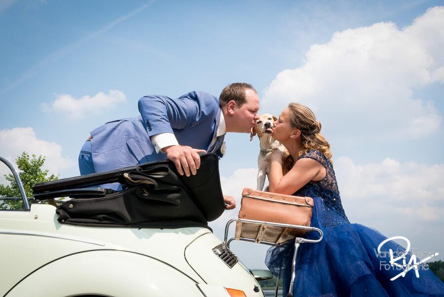 Fotograaf bruiloft Waalre hondje kus kever