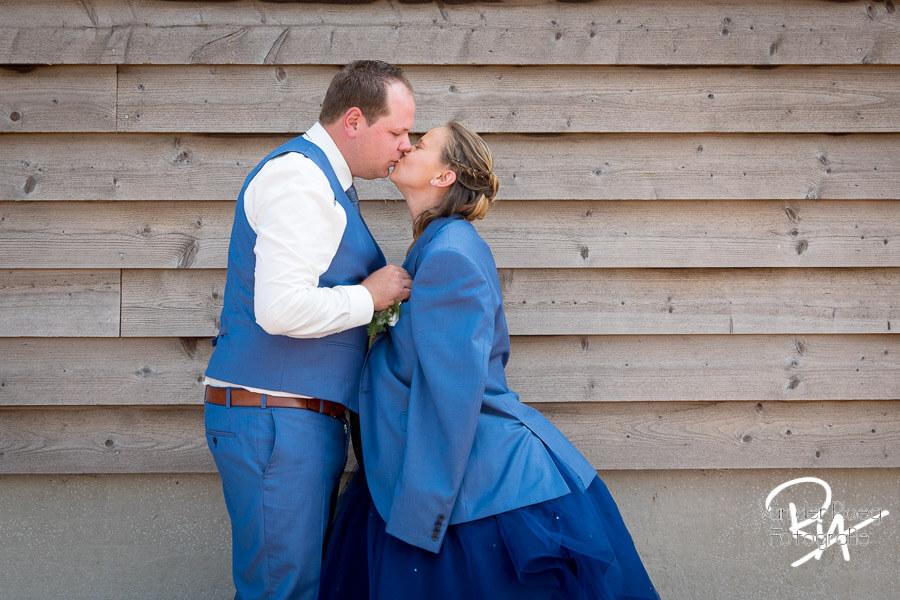 Trouwfotograaf Eindhoven bruidspaar liefdevolle kus