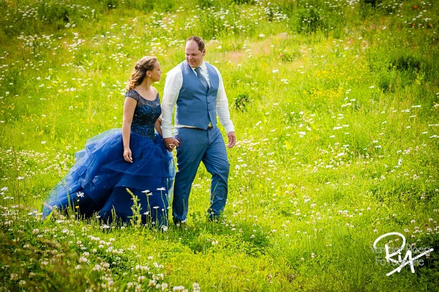 Trouwfotograaf Valkenswaard bruidspaar gras bloemen