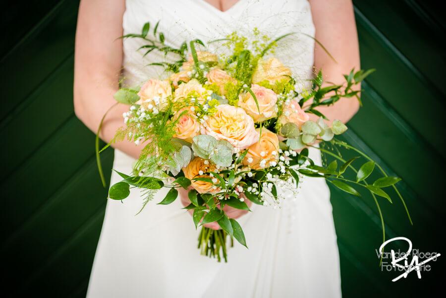 Bruidsfotografie Oirschot fotograaf bruidsboeket
