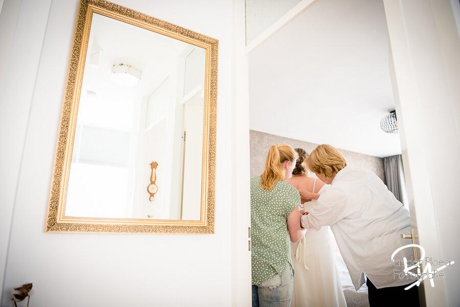 Trouwfotograaf Den Bosch thuis aankleden bruid